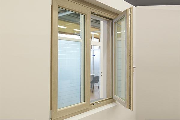Apertura finestra in PVC di pedretti serramenti